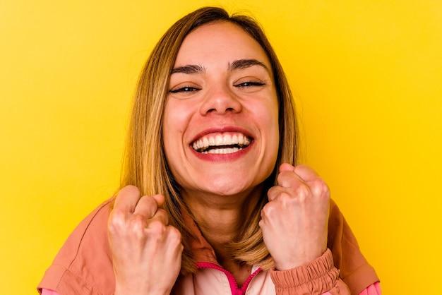 目に見えない歯列矯正を身に着けている若い白人女性