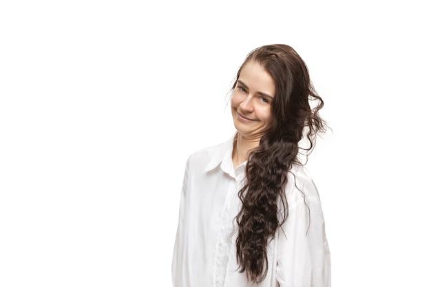 白いスタジオで隔離の面白い珍しい人気の感情とジェスチャーを持つ若い白人女性