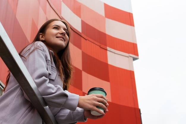 커피 한잔과 함께 젊은 백인 여자