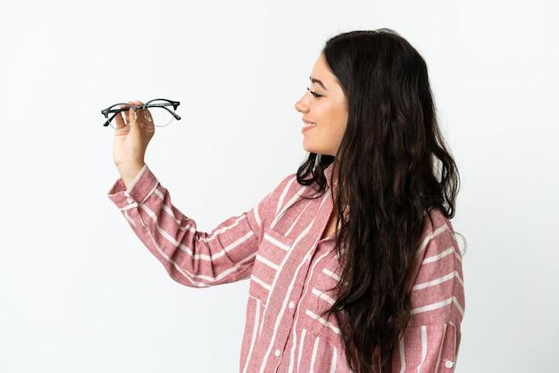 Молодая кавказская женщина в очках, изолированные на белом фоне