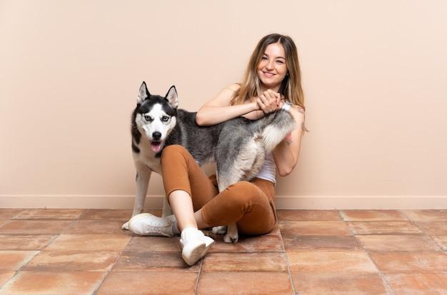 Молодая кавказская женщина с собакой