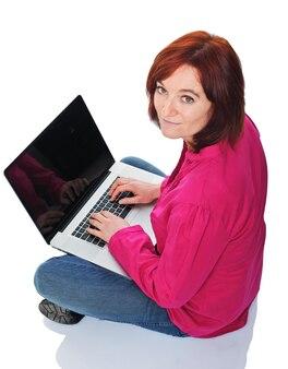 Молодая кавказская женщина с современным ноутбуком