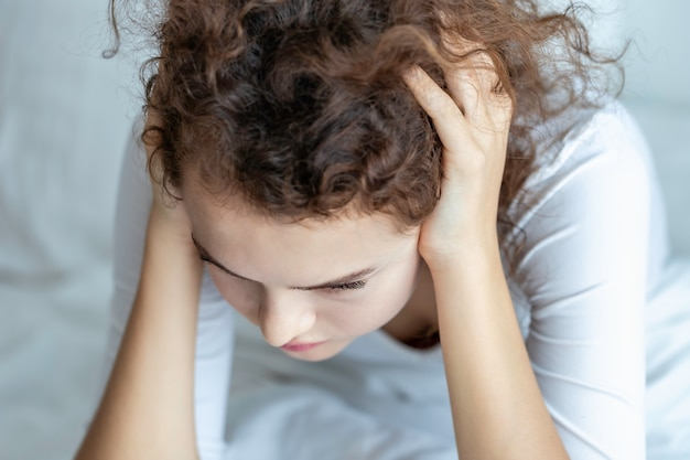 若い白人女性は関係の問題を心配し、落ち込んでいた。