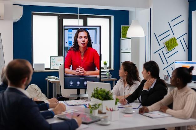 ビジネスパートナーのための仮想ビジネスビデオプレゼンテーション中にカメラに話す若いceo