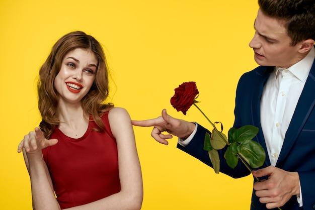 Молодая очаровательная пара роза романтический подарок отношения. валентина концепция