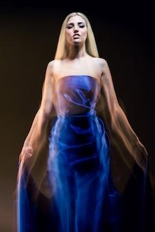 파란 드레스에 젊은 매력적인 여자 여신