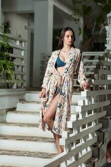 Молодая очаровательная женщина в пляжной одежде