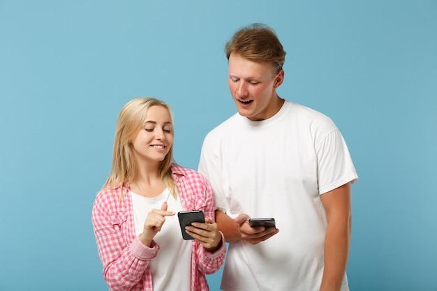흰색 분홍색 빈 빈 티셔츠 포즈 젊은 명랑 커플 친구 남자와 여자