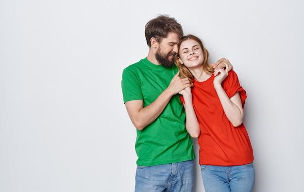 여러 가지 빛깔 티셔츠 통신 감정 우정에 젊은 명랑 부부