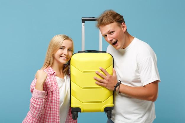 Молодая веселая пара, двое друзей, парень и женщина в белых розовых пустых футболках, позируют