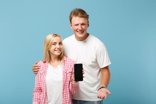 흰색 분홍색 티셔츠 포즈 젊은 명랑 커플 두 친구 남자와 여자