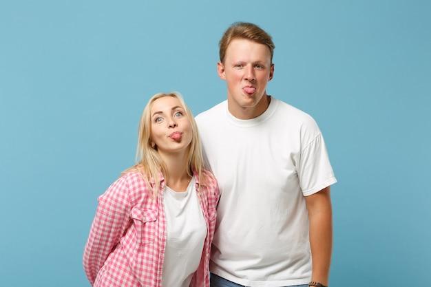 Молодая веселая пара, двое друзей, мужчина и женщина в белых розовых пустых пустых футболках, позируют