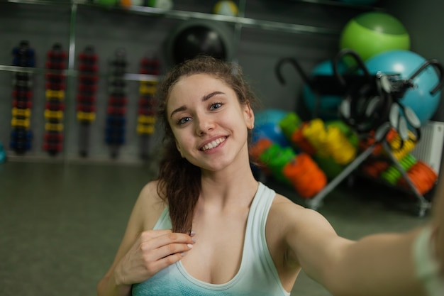 젊은 명랑 맞는 여자 스포츠 클래스에서 셀카를 만드는