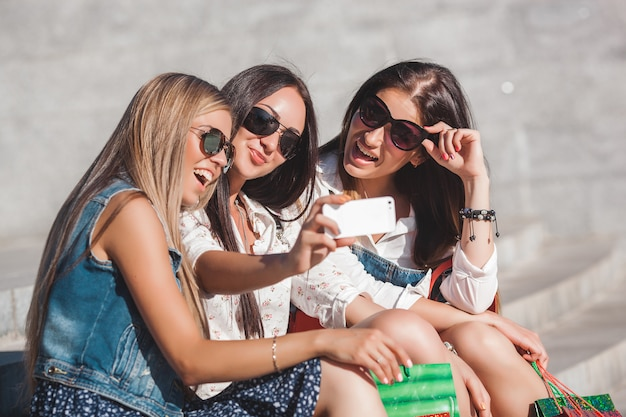 Selfie屋外を作る若い陽気な女の子
