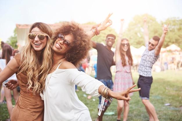Persone giovani e allegre che si divertono insieme
