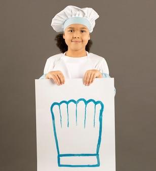 Vista frontale della giovane insegna della tenuta del cuoco unico