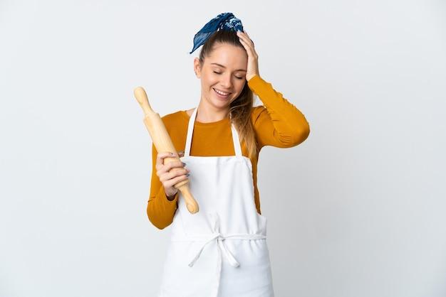 Молодой повар на изолированном фоне