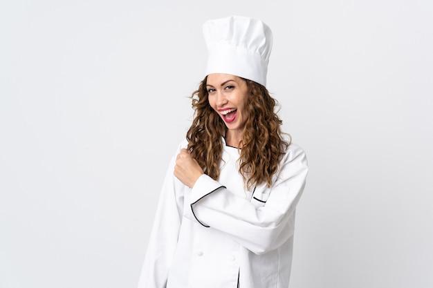 Молодая женщина-повар, изолированные на белом фоне, празднует победу