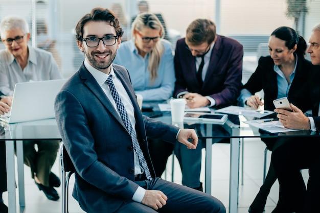 ビジネスチームとの会議で若いチーフ