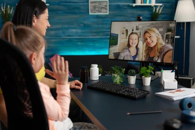 友達とビデオ通話を使用する幼児と大人