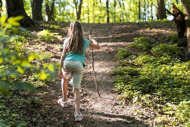 자연을 탐험하는 어린 아이