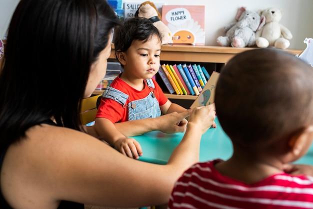 부모와 함께 영어 알파벳을 배우는 어린 아이들