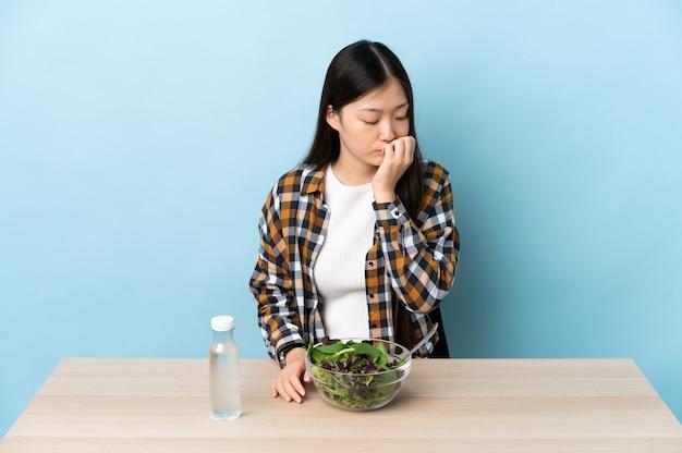 의심은 데 샐러드를 먹는 중국 소녀