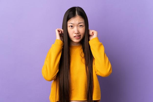 Молодая китаянка изолировала разочарование и закрыла уши