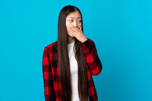 側にいる間驚きのジェスチャーをしている孤立した青い中国の少女