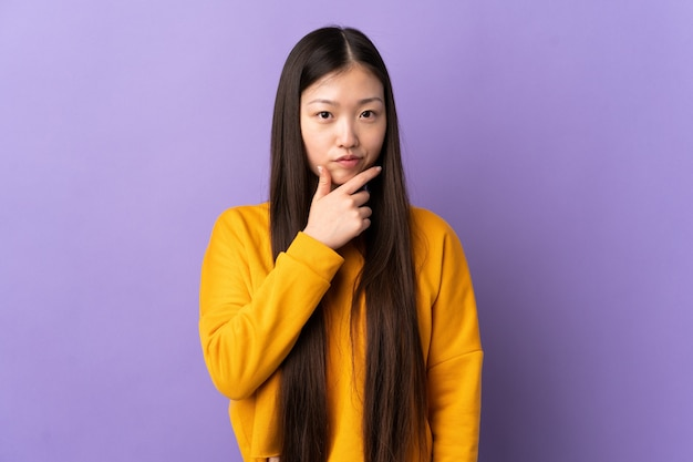 고립 된 보라색 벽 생각을 통해 젊은 중국 소녀