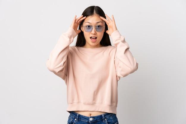 驚きの表情で孤立した白で若い中国の女の子