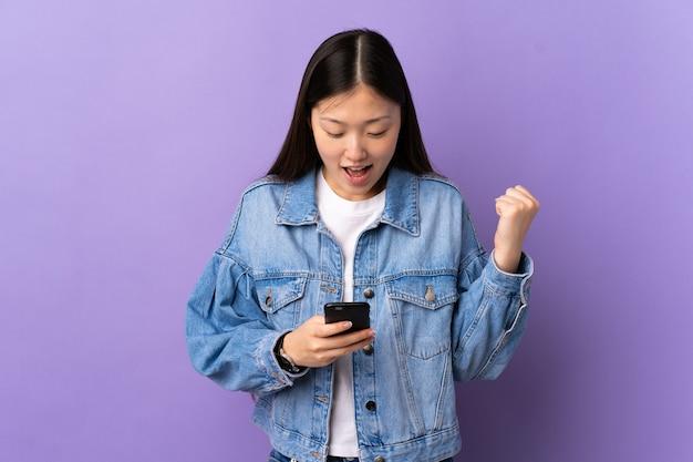 보라색 놀라게 하 고 메시지를 보내는 동안 젊은 중국 소녀