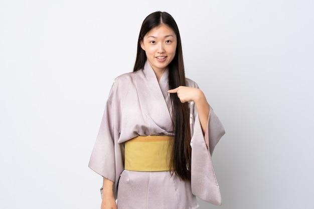 Молодая китаянка в кимоно с удивленным выражением лица