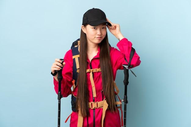 배낭과 트레킹 폴란드 고립 된 젊은 중국 여자