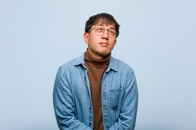 目標と目的の達成を夢見て若い中国人男性
