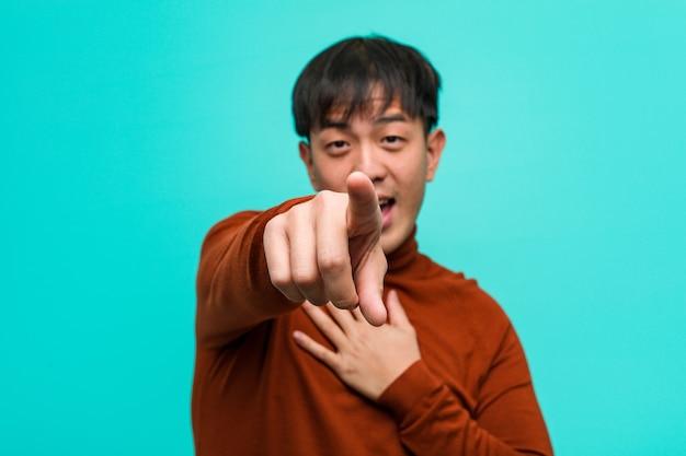 若い中国人男性の目標と目的の達成を夢見る