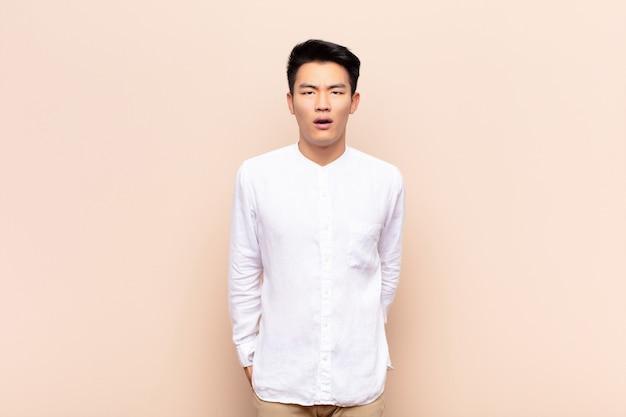 ショックを受けた、怒っている、イライラする、または失望した若い中国人男性