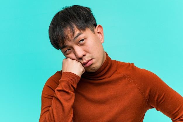 何かを考えて、側にいる若い中国人男性