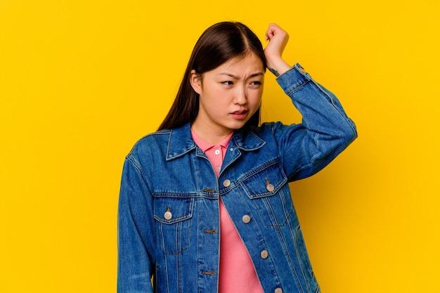 勝利、情熱と熱意、幸せな表現を祝う若い中国人女性。