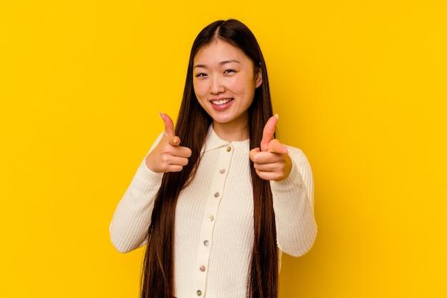 Улыбки молодой китаянки жизнерадостные, указывая на фронт.