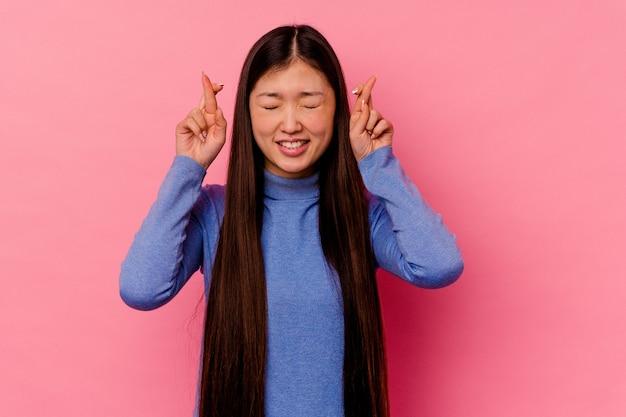 행운을 갖는 젊은 중국 여자 횡단 손가락