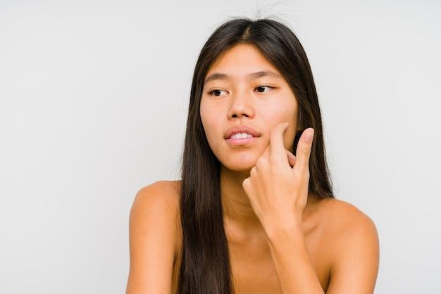 若い中国人女性の顔のクローズアップ孤立