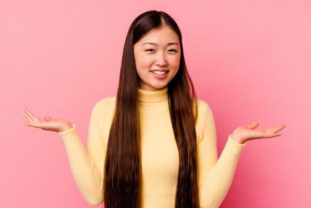 환영 식을 보여주는 분홍색 배경에 고립 된 젊은 중국 여자.