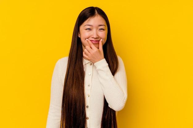 두 가지 옵션 사이의 의심 노란색 배경에 고립 된 젊은 중국 여자.