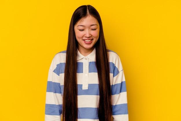 若い中国人女性は笑って目を閉じ、リラックスして幸せを感じます。