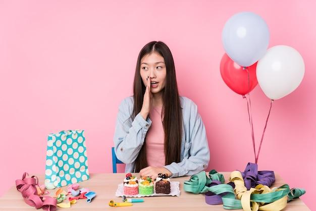 Молодая китаянка, организующая день рождения, рассказывает секретные горячие новости о торможении и смотрит в сторону