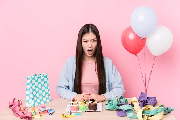 誕生日を組織する若い中国人女性は、非常に怒って攻撃的な叫び声を孤立させました。