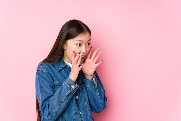Молодая китаянка позирует