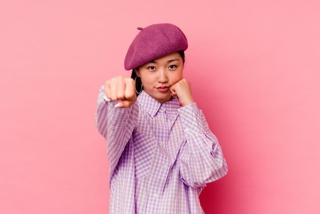 Молодая китаянка бросает удар, гнев, борьба из-за спора, бокс.