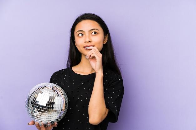 Молодая китаянка с диско-шаром